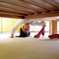 Mit High Heels unterm Bett