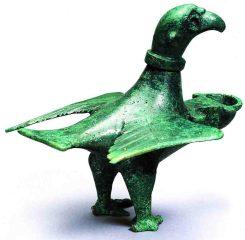 """Ein echtes Unikat aus dem römischen """"Untergrund"""" in Haltern am See: Eine Öllampe in Form eines Adlers. Foto: LWL/Brentführer"""