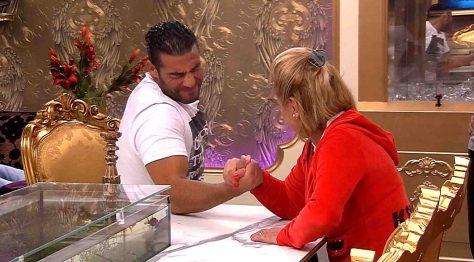 Marijke und Manuel beim Armdrücken Foto: © SAT.1