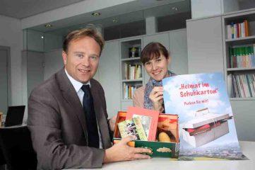 """Landrat Dr. Kai Zwicker hofft gemeinsam mit Nina Rockrohr aus der Kulturabteilung des Kreises, dass sich viele Bürgerinnen und Bürger an dem Projekt """"Heimat im Schuhkarton"""" beteiligen."""