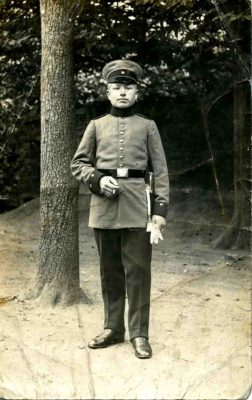 Das Foto zeigt den Soldaten Bernhard Olbing aus Borken-Hoxfeld auf einer Feldpostkarte aus dem Jahr 1917.