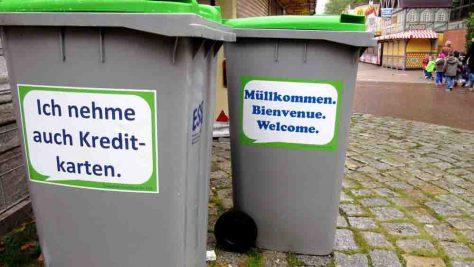 Rund 100 solcher Sprüche-Mülltonnen sind während der Kirmestage in der Innenstadt aufgestellt. Foto: Stadt Bocholt