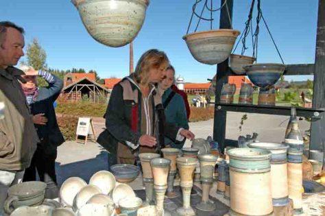 Die Stände der Keramiker locken mit vielfältigen Angeboten. Foto: LWL