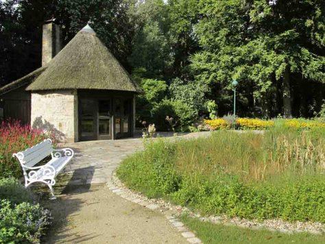 Der Steinplattenbelag vor dem Badehaus wurde restauriert, das frühere Schwimmbecken blieb als Sumpfbeet erhalten. Foto: LWL/Siekmann
