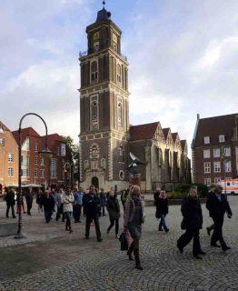 Der LWL-Stadtspaziergang führte die Teilnehmer unter anderem zur Lamberti-Kirche am Markt (Foto), über die Promenade und zum ehemaligen Renteigebäude, einem Baudenkmal der 1950er Jahre. Foto: LWL/Djahanschah