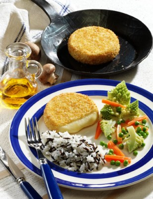 Backcamembert mit Gemüse und Reis Foto: Wirths PR