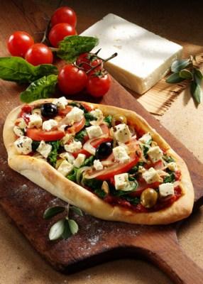Griechische Pizza mit Feta und Spinat Foto: Wirths PR