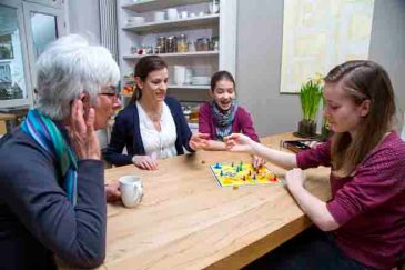 Im Alter lässt bei vielen Menschen das Gehör nach. In Gesprächen bekommen sie dann vieles, was gesagt wird, nicht mehr mit und fühlen sich zunehmend isoliert. © AOK-Medienservice