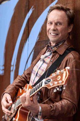 Er greift noch einmal zur Gitarre: Peter Kraus kommt zur Abschiedstournee im Herbst 2014 auch nach Münster. Foto: Kraus & Perino