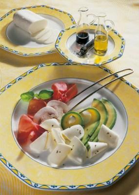 Käse Rezepte: Avocado-Carpaccio mit Mozzarella und Schinken Foto: Wirths PR