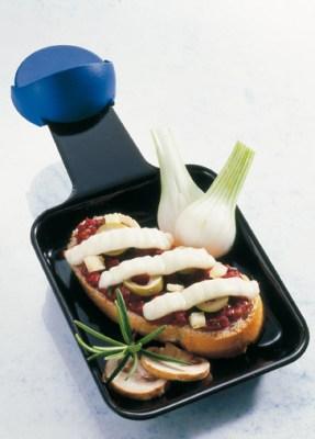 Crostini mit Tomatenmark und Oliven Foto: Wirths PR