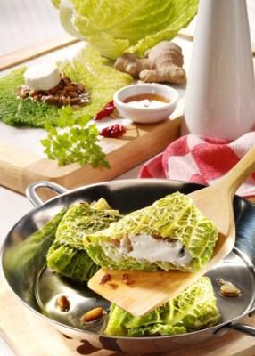 Käse Rezepte: Gefüllte Wirsingtaschen mit Ziegenkäse, Manuka-Honig und Pinienkernen Foto: Wirths PR
