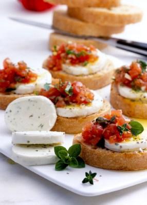 Käse Rezepte: Mozzarella-Tomaten-Crostini Foto: Wirths PR/Zott