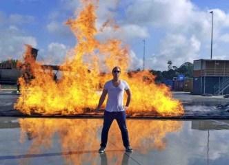 Heißer und aufregender Dreh auf dem Flugfeld: Tobias Kämmerer ist auf dem Frankfurter Flughafen Zeuge der schnellsten Feuerwehr Hessens Foto: hr/Torben Hagenau