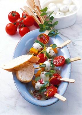 Käse Rezepte: Basilikum-Mozzarella-Spießchen in würziger Marinade Foto: Wirths PR/Zott