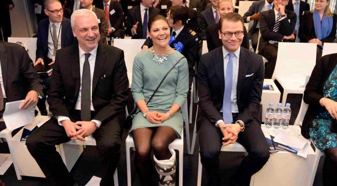 Wirtschaftsminister Garrelt Duin (l) mit der schwedischen Kronprinzessin Victoria (M) und ihrem Ehemann Daniel (r) beim Besuch der Firma Ericsson in Düsseldorf © Staatskanzlei Nordrhein-Westfalen / Foto: Roberto Pfeil