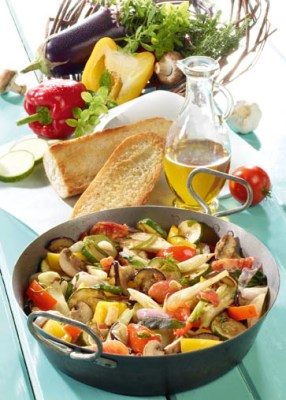 Griechische Gemüsepfanne mit Knoblauchbrot und Feta Foto: Wirths PR