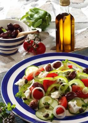 Griechische Rezepte: Griechischer Salat mit Kapern Foto: Wirths PR
