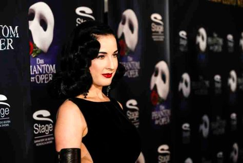 Dita Von Teese bei der Ankunft auf dem roten Teppich zur Premiere von dem Musical 'DAS PHANTOM DER OPER' im Theater Neue Flora in Hamburg am 28.11.2013. Foto: Stage Entertainment/Morris Mac Matzen