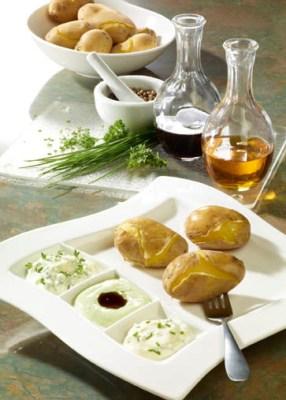 Schnelle Rezepte: Pellkartoffeln mit Quarkdips, Leinöl und Kürbiskernöl Foto: Wirths PR