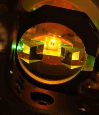 In dieser Kammer wird das photonische Bose-Einstein-Kondensat erzeugt. (c) AG Prof. Weitz/Uni Bonn