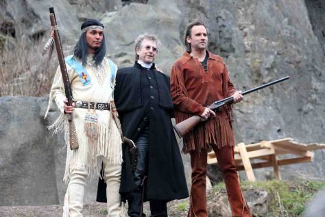 Ensemble der Karl-May-Festspiele in Elspe 2014: Jean-Marc Birkholz (Winnetou), Martin Semmelrogge (Weller), Oliver Bludau (Old Shatterhand) mit Mönchsgeier Jack © Karl-May-Festspiele Elspe