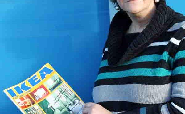 Andrea Suhr mit einem Ikea-Katalog von 1979/80: Die Skandinavistin und Volkskundlerin verglich in ihrer Dissertation an der Universität Bonn das Angebot des Möbelkonzerns mit schwedischen Vorbildern. (c) Foto: Johannes Seiler/Uni Bonn