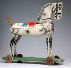Altes Spielzeug: Holzpferd auf Rollen Foto: Hamaland-Museum