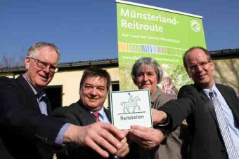 Landrat Cay Süberkrüb, Bürgermeister Werner Arndt, Silvia Kühler und Michael Kösters (v.l.)