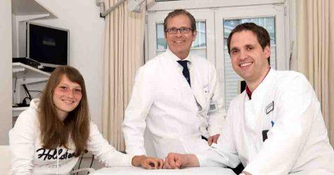 Erfolgreicher Eingriff: Prof. Christof Burger (mi) und Felix Körfer (re) mit ihrer Patientin Saskia M; © Rolf Müller / UK-Bonn