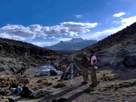 Kurt Rademaker (links) und Peter Leach (rechts) bei Radarmessungen auf dem Andenplateau. Im Hintergrund der Berg Nevado Solimana (6095 m).