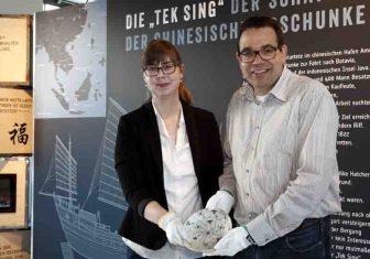 """Linda Wilken und Dr. Arnulf Siebeneicker mit einem Teller aus dem Wrack der 1822 gesunkenen chinesischen Dschunke """"Tek Sing"""". Foto: LWL/Holtappels"""