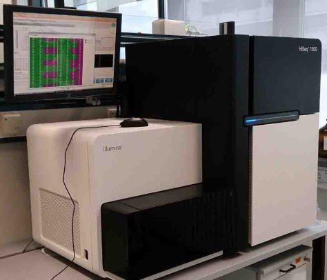 Das CeBiTec betreibt fortschrittliche Technologieplattformen für Bioinformatik und Genomforschung. Das Foto zeigt ein modernes Sequenziergerät zur Entschlüsselung von gene-tischen Bauplänen und zur Bestimmung von Genaktivitäten. Foto: Universität Bielefeld