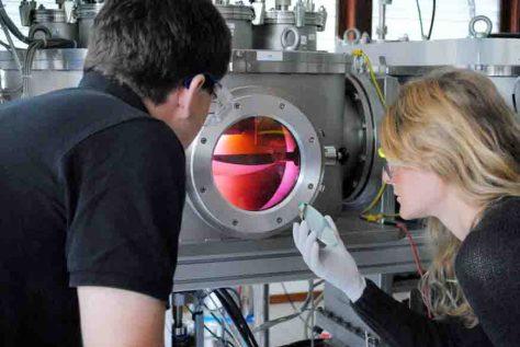 Mitarbeiter der Kieler Arbeitsgruppe Nanoelektronik Mitarbeiter der Kieler Arbeitsgruppe Nanoelektronik entwickeln memristive Bauelemente für neuronale Schaltungen. Mit der Sputteranlage (Foto) werden ultradünne Schichten eines Werkstoffs hergestellt. Foto: © AG Nanoelektronik