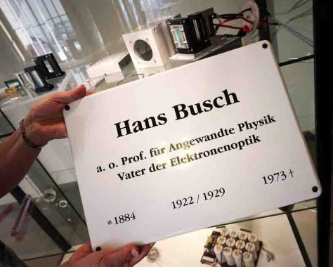 Mit dieser Gedenktafel ehrt der Alumni-Verein der Physikalisch-Astronomischen Fakultät der Universität Jena den Physiker Hans Busch (1884-1973). Foto: Jan-Peter Kasper/FSU