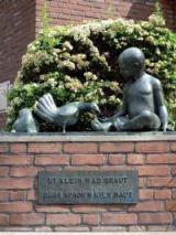 Spuren einer niederdeutschen Sprachkultur in Münster: Skulptur vor der Gievenbecker Sparkasse mit niederdeutschter Inschrift. Foto: WWU-CfN