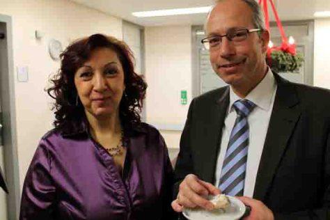 LWL-Direktor Matthias Löb beim Besuch der griechischen Station in der LWL-Klinik Hemer mit Patientin Joannou K. Foto: LWL/Nehm