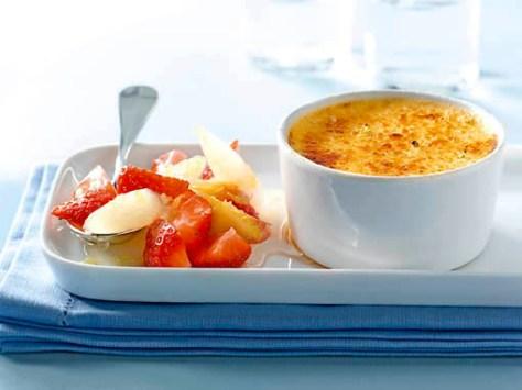 Limonen-Crème-brûlée mit Spargel-Erdbeer-Salat Foto: Deutsches Weintor / Wirths PR