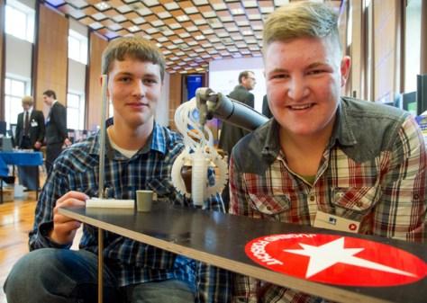 Björn Bouwer (14) und Nico Hochgürtel (14; von links): Die Schüler des Städtischen St. Michael-Gymnasiums Bad Münstereifel siegten beim Regionalwettbewerb Schüler experimentieren im Bereich Technik. Sie konstruierten einen Roboterarm in Form eines Elefantenrüssels. (c) Foto: Volker Lannert/Uni Bonn