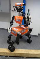 """Der mobile Manipulationsroboter """"Momaro"""" vom Team NimbRo Rescue der Universität Bonn soll sich in schwierigem Gelände bewegen und mit Werkzeug umgehen können. Anfang Juni darf er seine Fähigkeiten bei der """"DARPA Robotics Challenge (DRC)"""" demonstrieren. © Foto: Universität Bonn"""