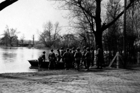 Verlorene Väter, vergessene Befreier - Als die Amis an die Saale kamen / US-Soldaten setzen in Weißenfels über die Saale, April 1945. Foto: MDR/69th US-Infanterie-Division