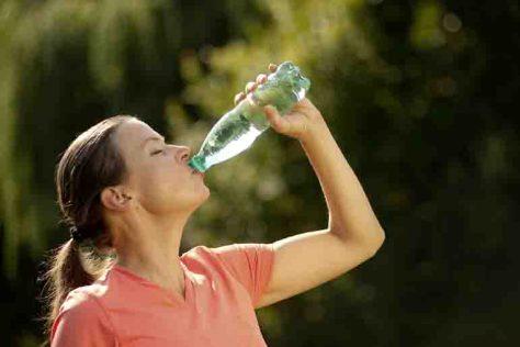 An heißen Tagen sollte man mindestens zwei Liter am Tag trinken. Foto: AOK-Medienservice