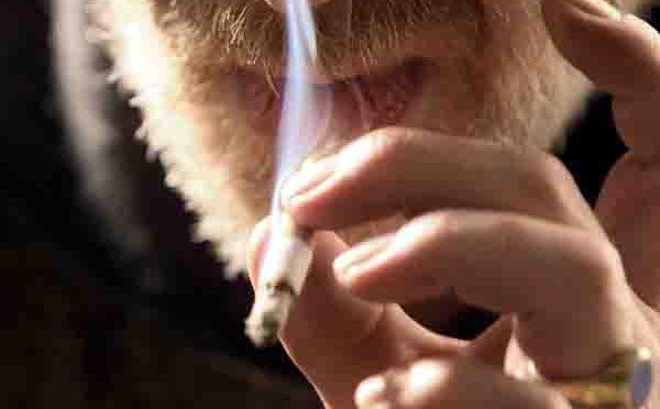 Rauchen ist riskant: Regelmäßiger Tabakkonsum erhöht die Wahrscheinlichkeit, an Krebs zu erkranken.Foto: AOK-Mediendienst