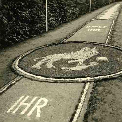 Blumenteppich im Vorsehungskloster in Münster Handorf, Fronleichnam 1952. Der Teppich wurde alljährlich zum Prozessionsfest von den Schülerinnen des Vorsehungs-klosters entworfen und gelegt und konnte bis zu einem Kilometer lang werden. Foto: LWL-Archiv