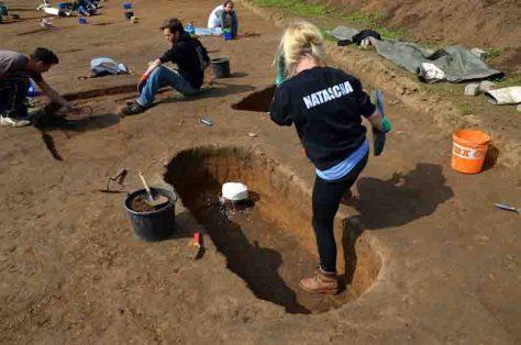 Die Archäologen bei den Ausgrabungen: Unzählige Gräber wurden untersucht. Foto: LWL