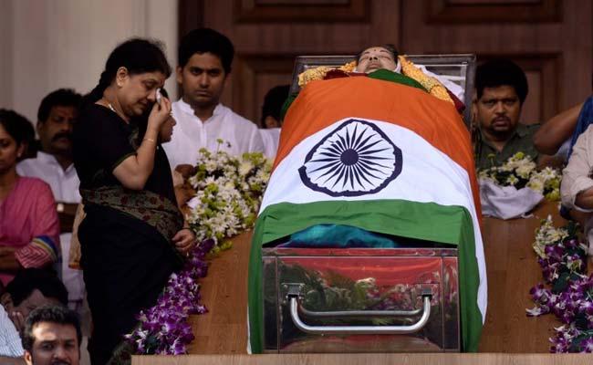 sasikala-crying-jayalalithaa-body_650x400_61481004431