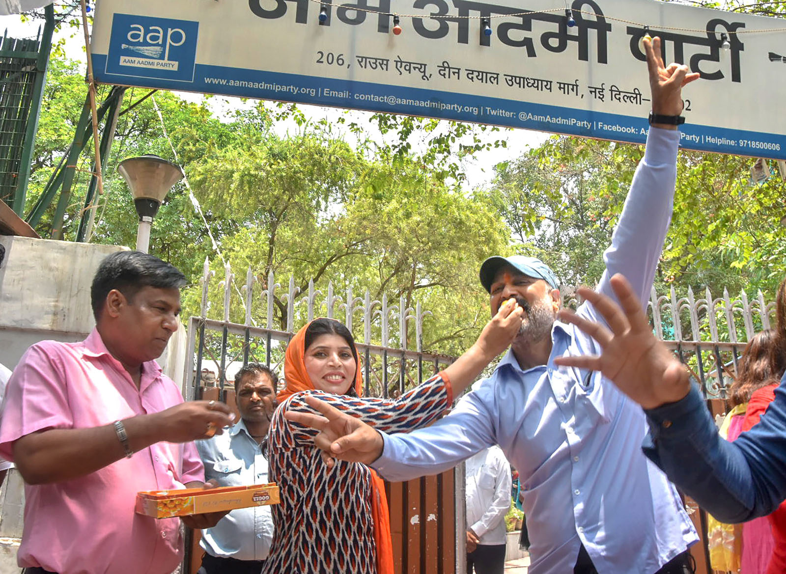 New Delhi: Aam Aadmi Party (AAP) workers celebrate the verdict of Supreme Court on the power tussle between the Delhi government and the Centre decision, outside Party office, in New Delhi on Wednesday, July 04, 2018. (PTI Photo)(PTI7_4_2018_000068B) *** Local Caption ***