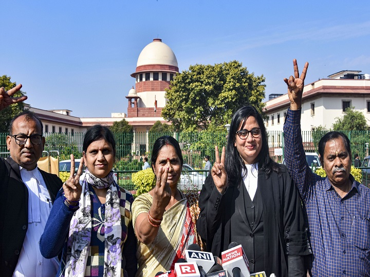 New Delhi: Nirbhaya rape and murder case victim's mother and father flash the victory sigh while speaking to media personnel outside Supreme Court in New Delhi, Monday, March 16, 2020. The SC rejected the plea of Mukesh Singh, one of the four death-row convicts in the 2012 Nirbhaya gang-rape and murder case, seeking restoration of all his legal remedies alleging that his earlier lawyers misled him. (PTI Photo)(PTI16-03-2020_000103B)