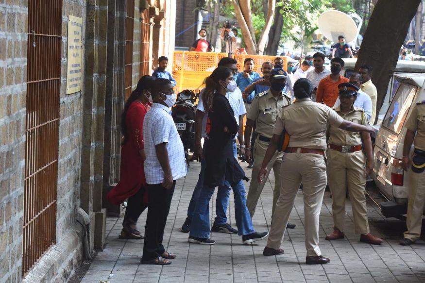 Final_rhea-chakraborty-arrested-photos-11