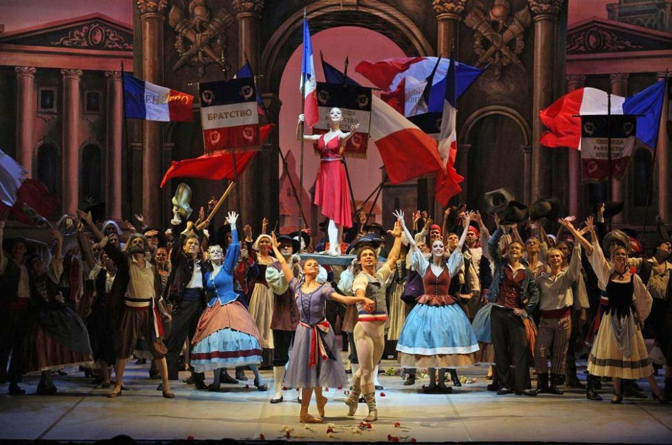 Oksana Bondareva, Ivan Vasiliev together with Angelina Vorontsova and the company in The Flames of Paris. © Stas Levshin, courtesy the Mikhailovsky Ballet